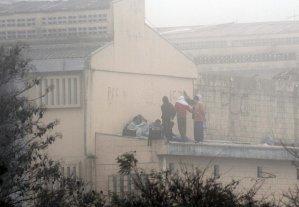 Presos rebelados foram ocupam o teto da penitenciária desde o início do movimento